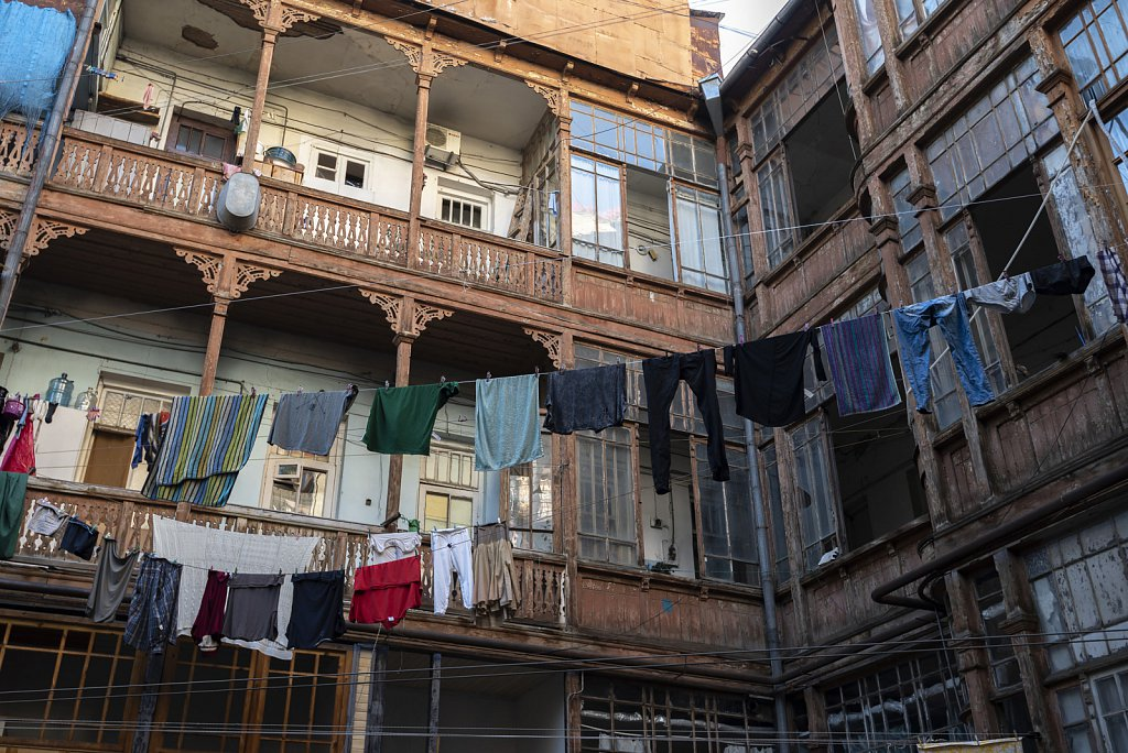 Tbilisi: Typical wooden balconies - Georgiens like to chat with neighbours